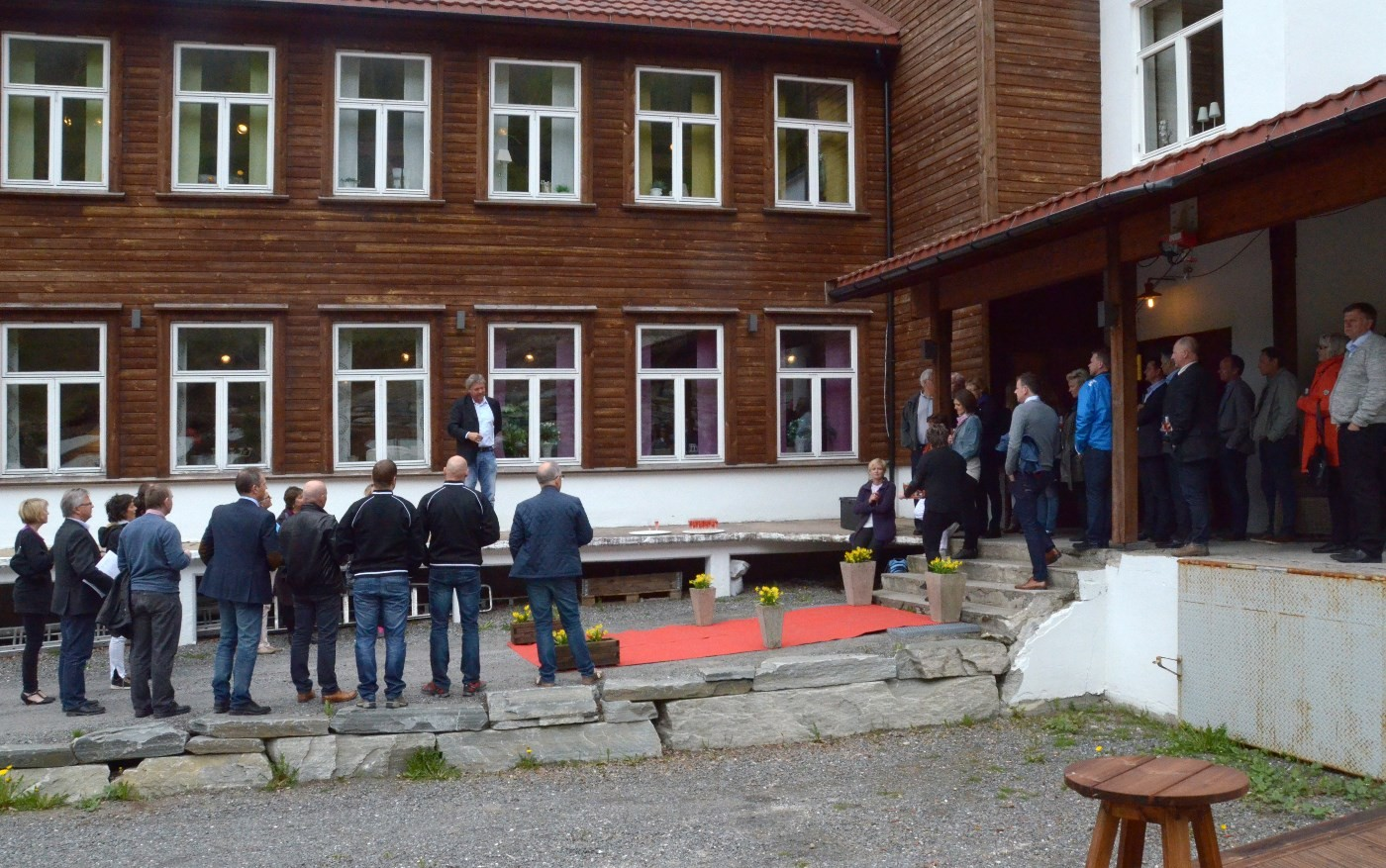 terje Talgø tek i mot næringsgjestane utfor Utstillingssentrret.  Foto: Jon Olav Ørsal