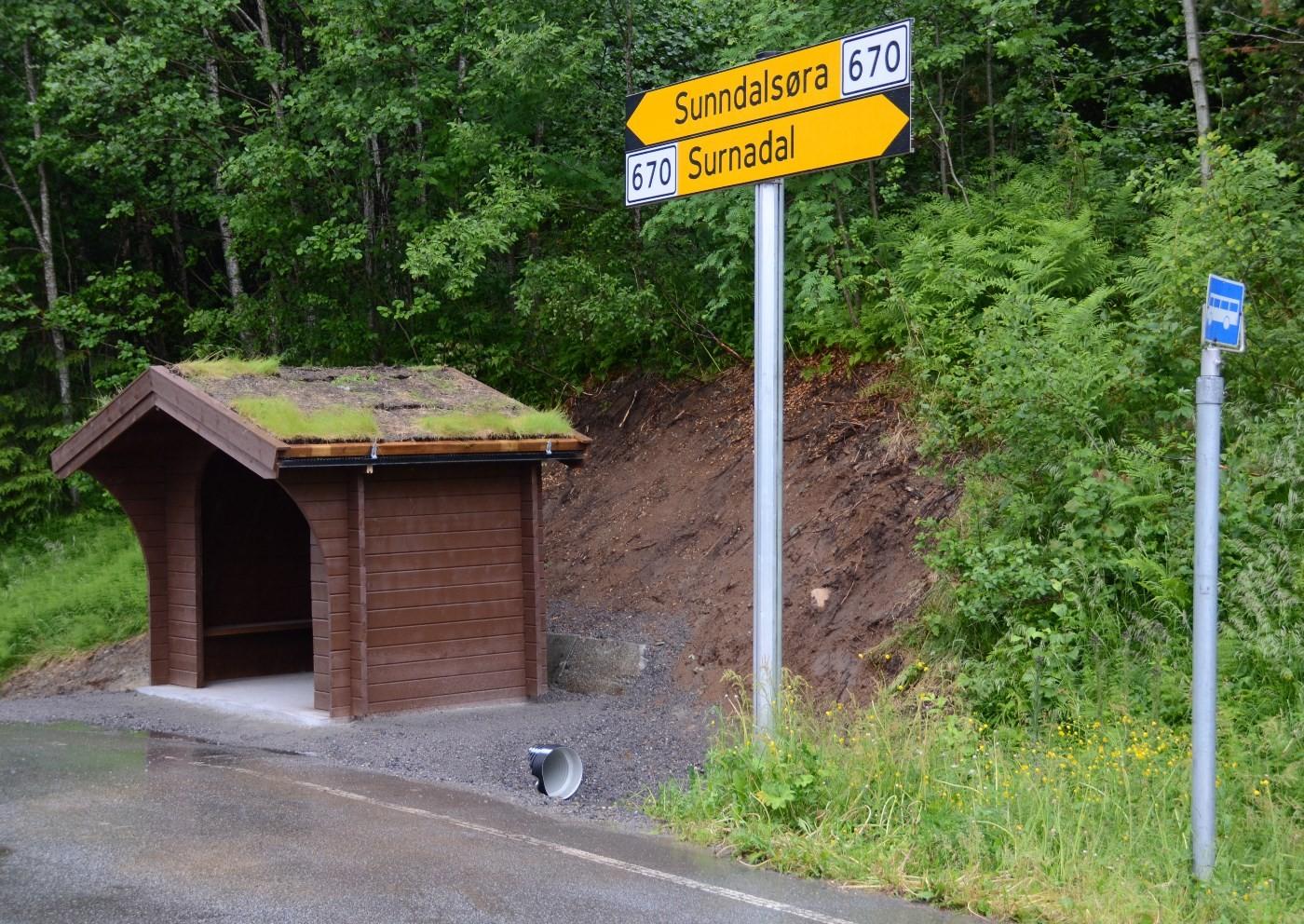 Denne veka kom det nye bussuret på plass ved busshaldeplassen på RV671.  Foto: Jon Olav Ørsal