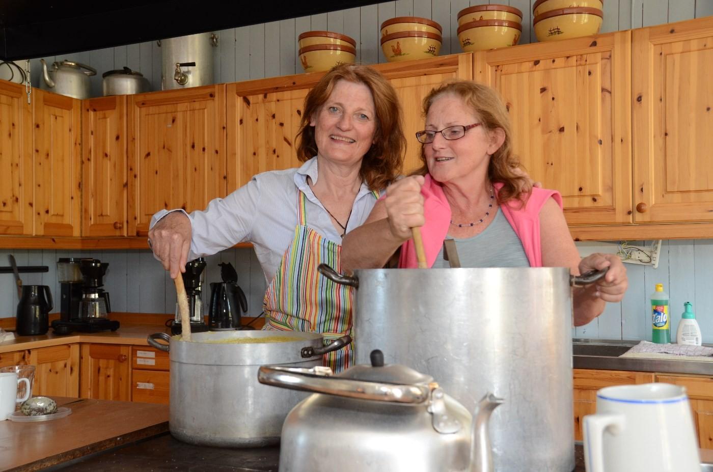 Anita Land hadde fått hjelp av søstra Tea Bjørnstøl på kjøkkenet.  Foto: Jon Olav Ørsal