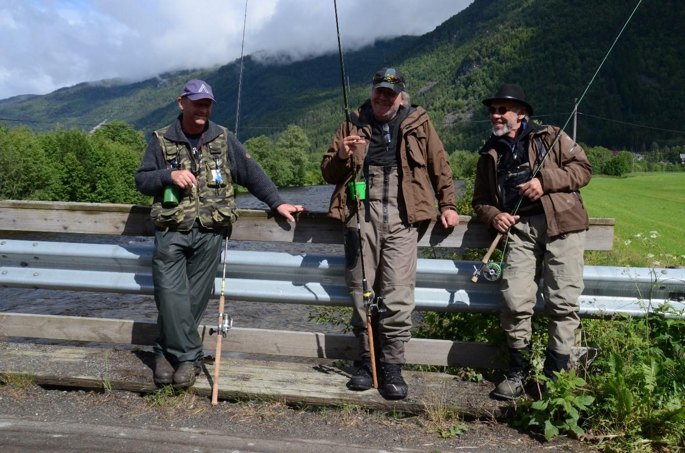 Kjentfolk på Øyabrua, klare for ei ny økt i Toåa. Frå venstre Ole Petter Kjernåsen, Ivar Borthen og Johan Nygaard.   Foto: Jon Olav Ørsal