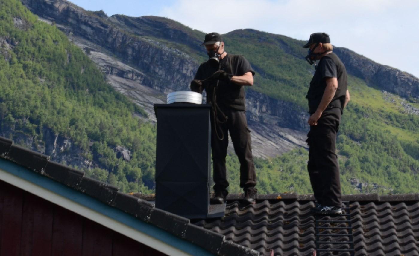 Luftig jobb for feiarane, men dei brukar gassmaske for å unngå farleg støv.  Foto: Jon Olav Ørsal