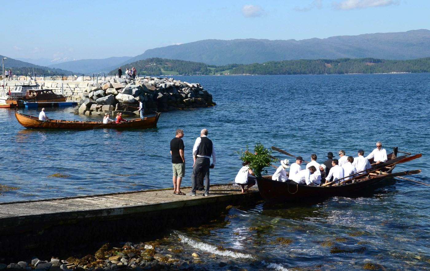 Hamnesbåten er komen til land, medan Hjelmkånnå er på veg inn i småbåthamna.  Arkivfoto. Jon Olav Ørsal