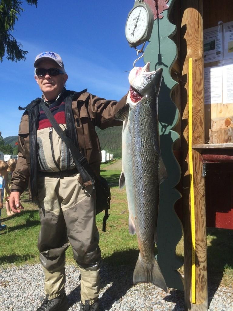 Jostein Kvammen var den heldige laksefiskaren  - fikk ein 11 kgs rugg på kroken.  Foto: Driva/Torleif Holsæter