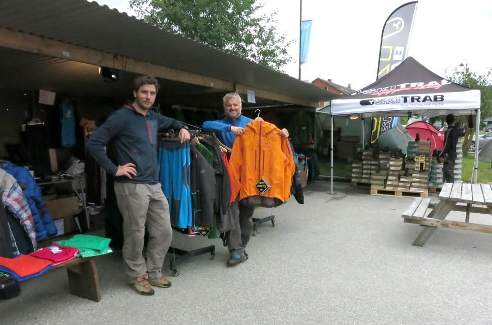 Kårvatn Fjellustyr hadde stor stand og mange gode tilbud i marknadsgata på Skei.  Foto. Jon Olav Ørsal