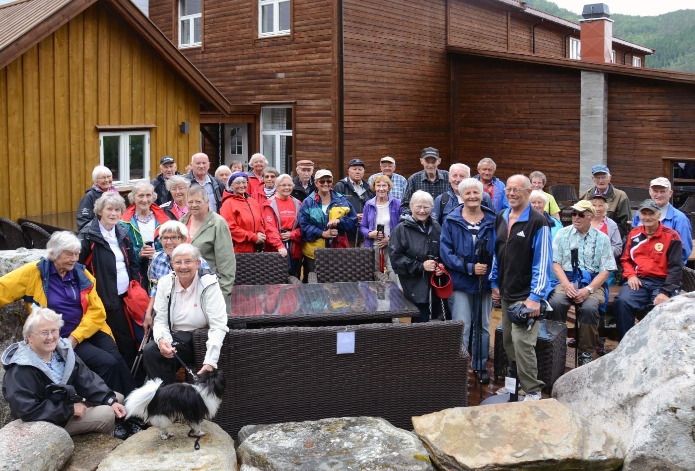 36 spreke pensjonistar fotografert i parkanlegget utafor gammelfabrikken som i dag er utstillingsseter for talgøbedriftene. Foto: Driva/Jon Olav Ørsal