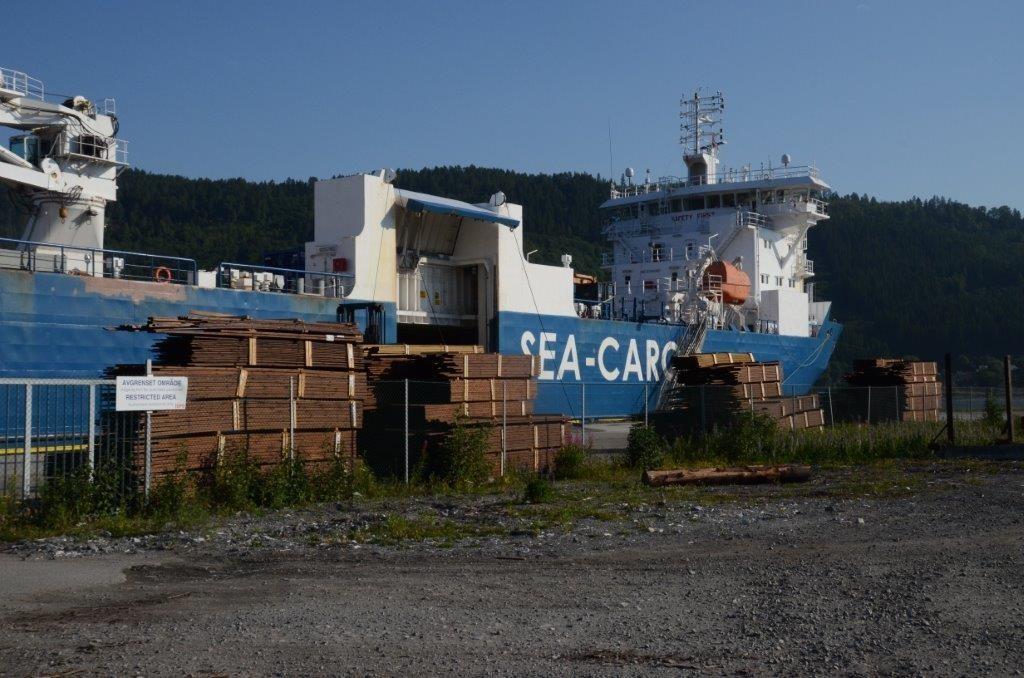 Her blir royalprodukt lasta ombord i båten.  Foto: Jon Olav Ørsal