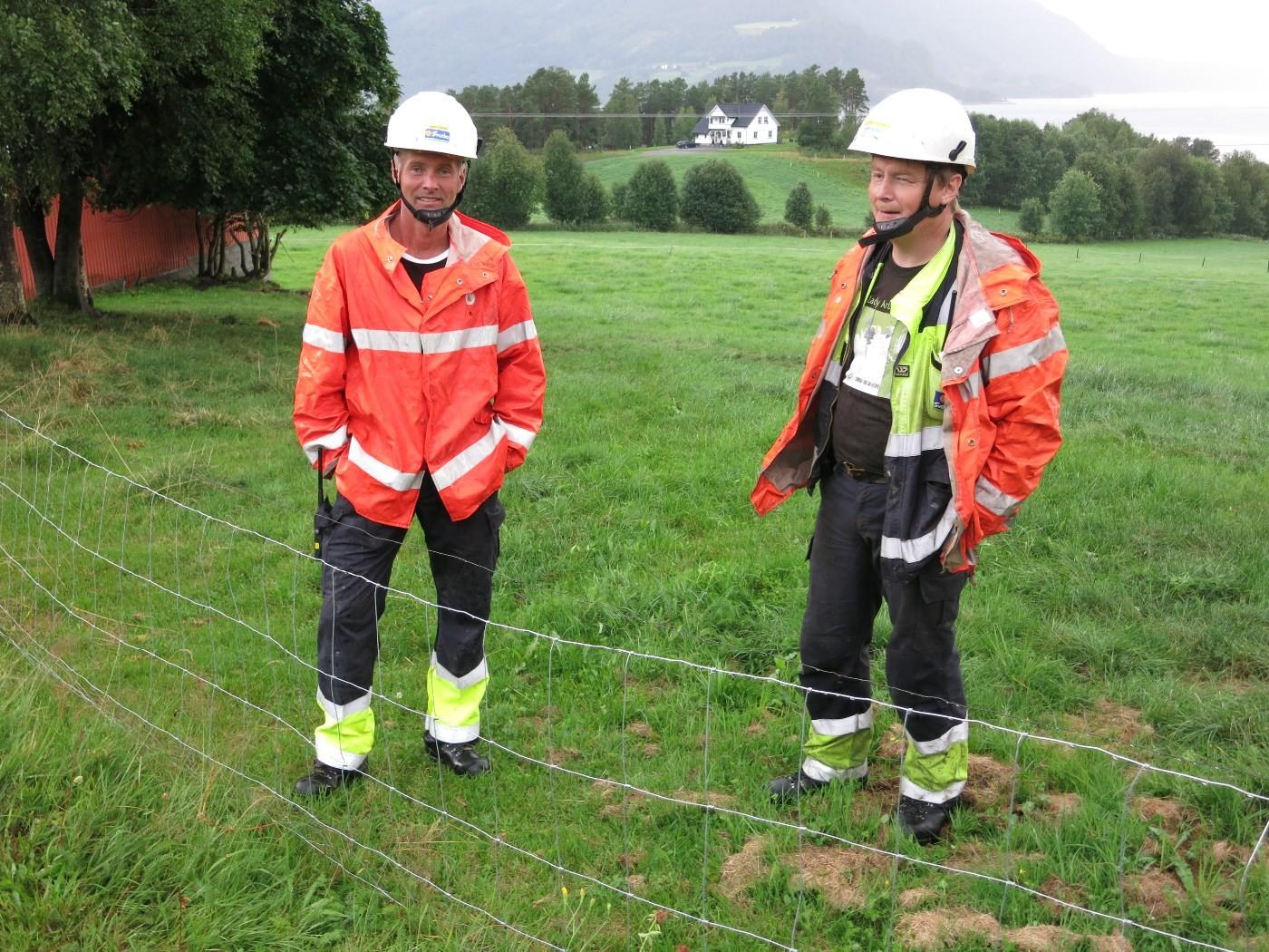 Rolf Dale og Steinar Holten lokaliserte feilet etter at dei hadde fått tips om lynglimt ved trafoen på Nordvik.  Foto: Jon Olav Ørsal