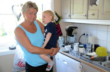 No må vi få vatn! Kristine med barnebarnet Edin på armen.   foto: Jon Olav Ørsal
