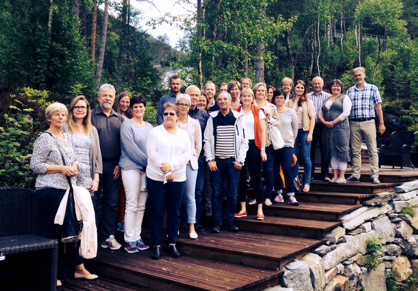 Rådmenn og kommunalsjefar frå Normørkommunane samla i parkanlegget utafor gammelfabrikken.  Foto: Heid Snekvik