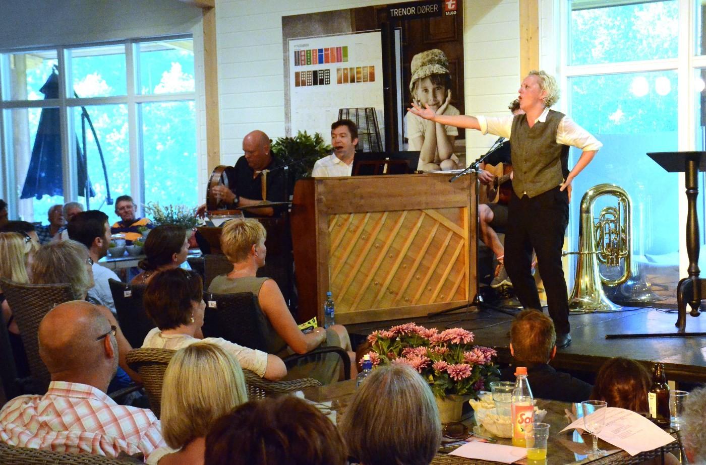 Marianne Meløy saman med musikarane Jo Inge Nes, Trygve Brøske og Erlend Smalås.  Foto: Jon Olav Ørsal
