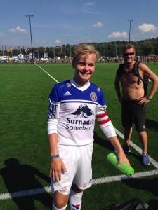 Torstein Snekvik scora mot Follese IL. Både far og sønn Snekvik verkar fornøgd med det.