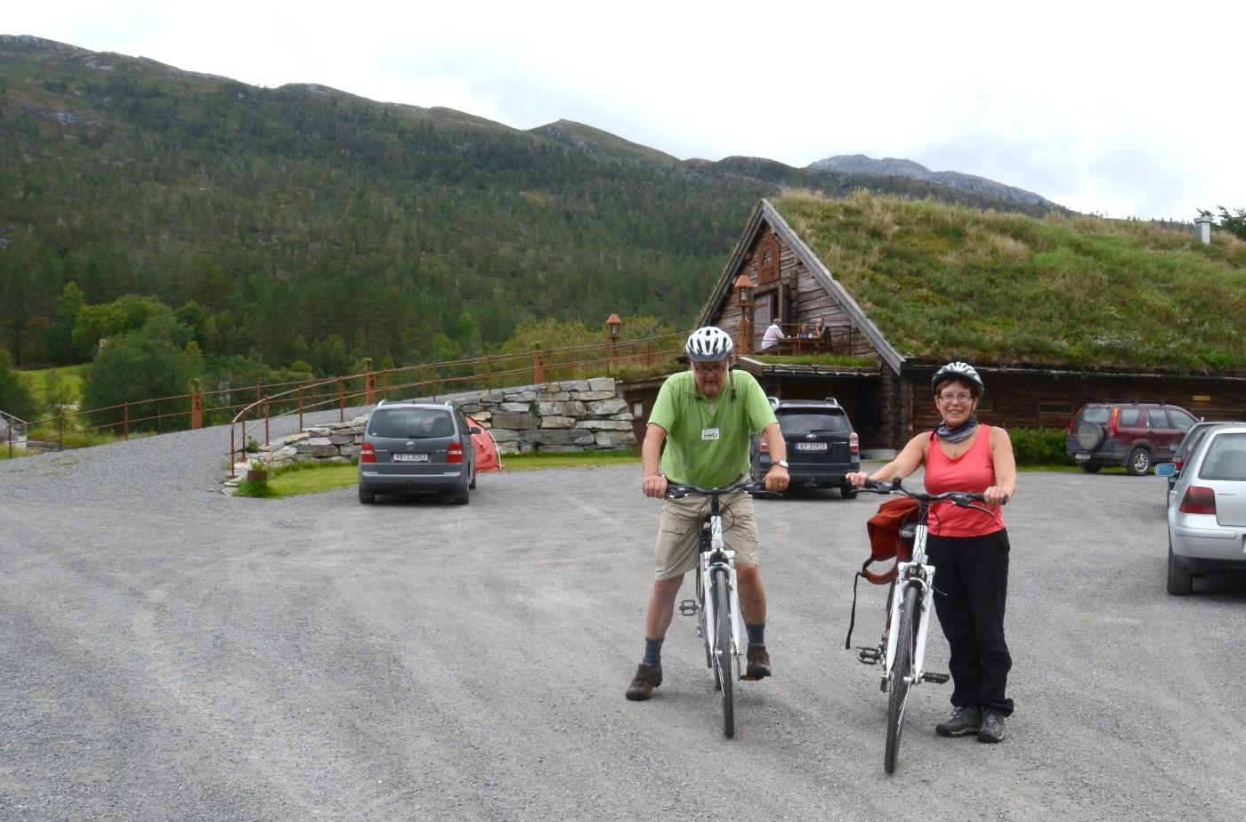 Dordi og Hans tok turen til Kårvatn på sykkel.  Foto: Jon Olav Ørsal
