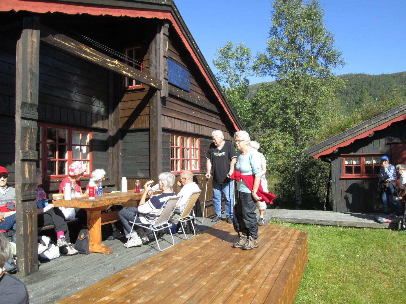 Kaffepause ved hytta til Randi og Vidar Sogge i Vindøldalen.  foto: Per Bruset