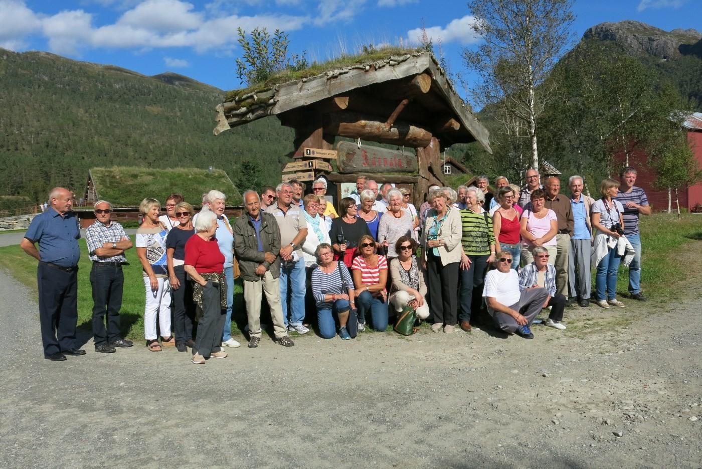 Heile gjengen samla ved informasjonstavla på Kårvatn.  Foto: dordi Jorunn Halle
