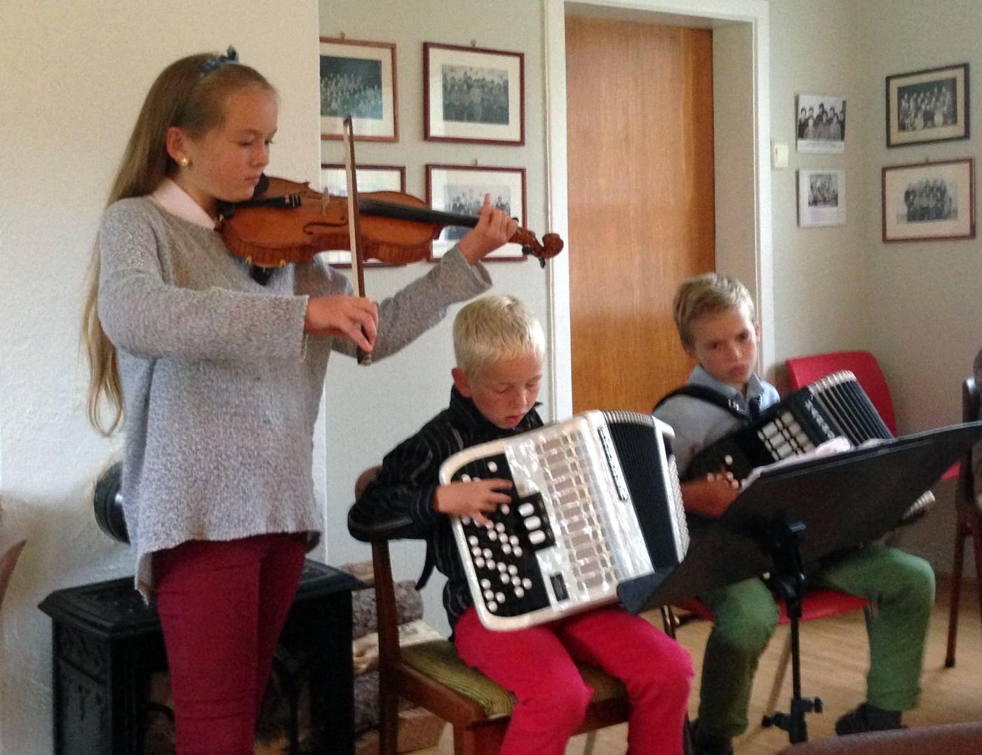 For full musikk - Bodil, Alfred og Hallvard.  Foto:Ragna Kvendset