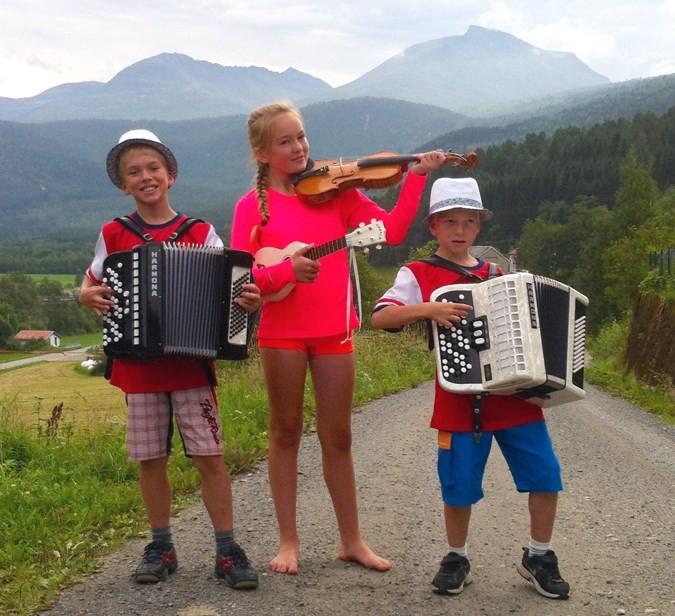Hallvard, Bodil og Alfred held konsert i Skulstua onsdag kveld.  Foto: privat