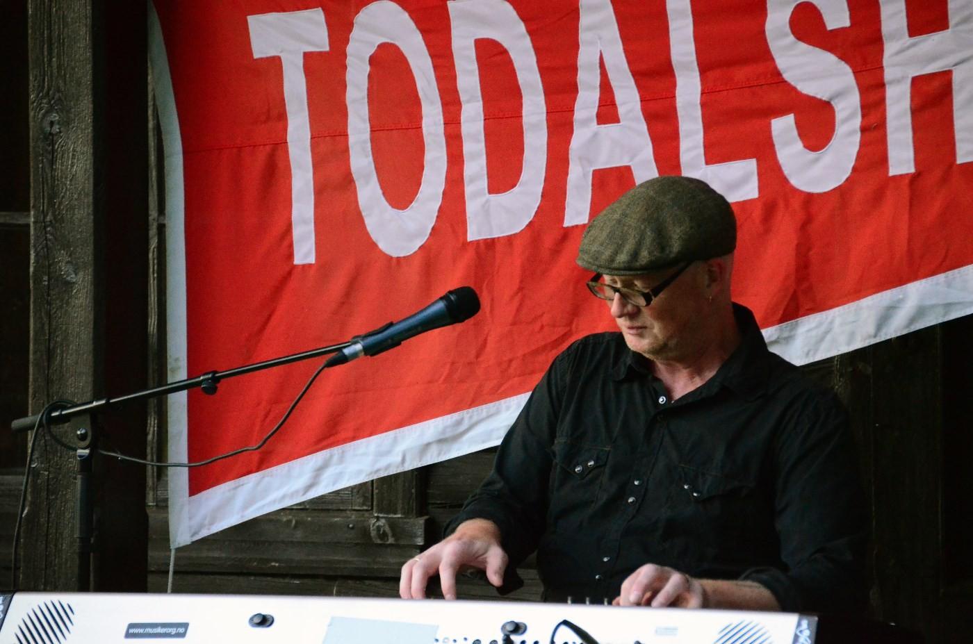 Dr bekken var reine tryllekunstnaren på el-pianoet, til stor begeistring for publikum.  Foto: Driva/Jon Olav Ørsal
