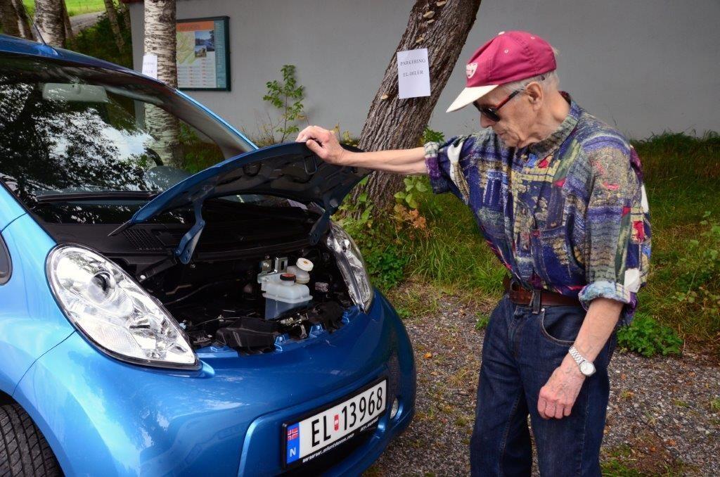 Fredrik Sjøflott måtte opp med panseret på Peugeoten.  Foto: Jon Olav Ørsal