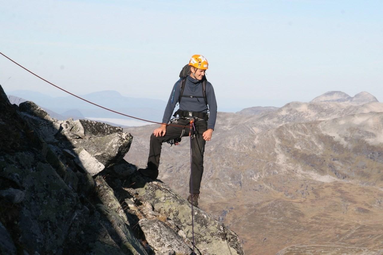 Frå første standplass, Lars Inge følger. Fin utsikt. Sulå heilt i bakgrunnen. foto: Gudmund Kårvatn