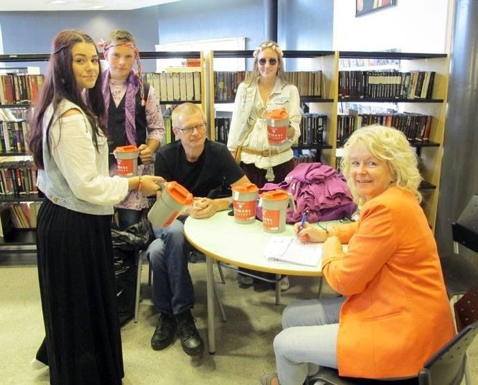 Ståle Skralthaug og Liv Botten og tek i mot bøssene frå russen.  Foto:Trollheimsporten