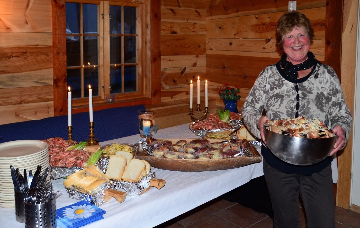 Synnøve Helland på på Pakkhuset Kro hadde mykje god sjømat å by på.  Foto: Jon Olav Ørsal