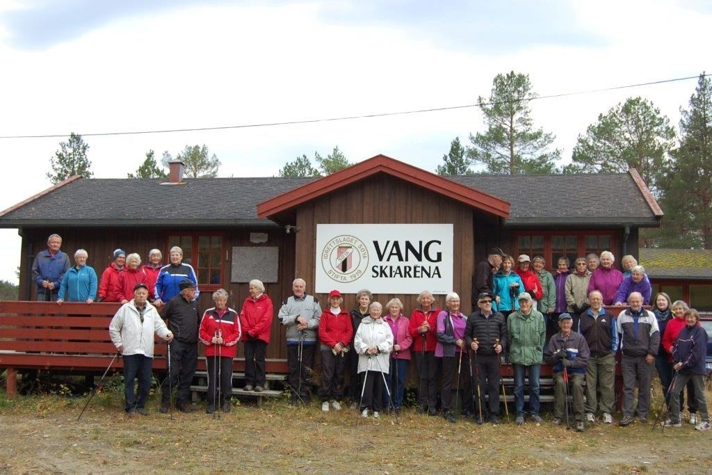 Dei fleste av stavgangarane samla utafor klubbhuset på Vang skiarèna i 2014.  Arkivfoto: Randi og Vidar Sogge
