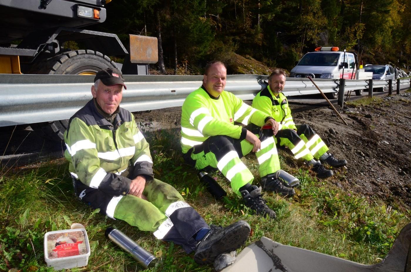 Pause frå arbeidet med asfaltlegginga. Frå venstre Ola Garte, Lars Arne Bøe og Kjell Svensli.  Foto: Jon Olav Ørsal