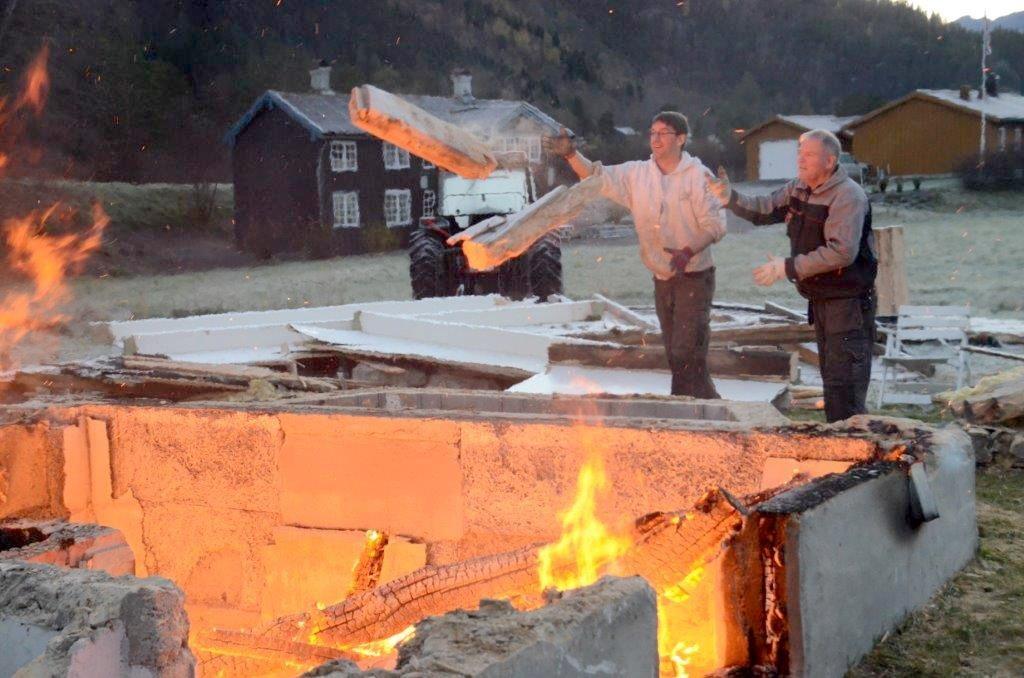 Det brann godt i kjellaren - Carsten Bohle og Karl Johan Husby sørga for å mate bålet. Foto: Jon Olav Ørsal