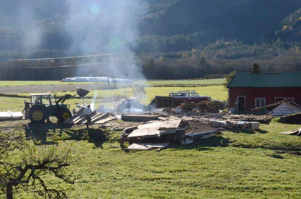I løpet av dagen vil nok det meste av huset være brent opp.  Foto: Jon Olav Ørsal