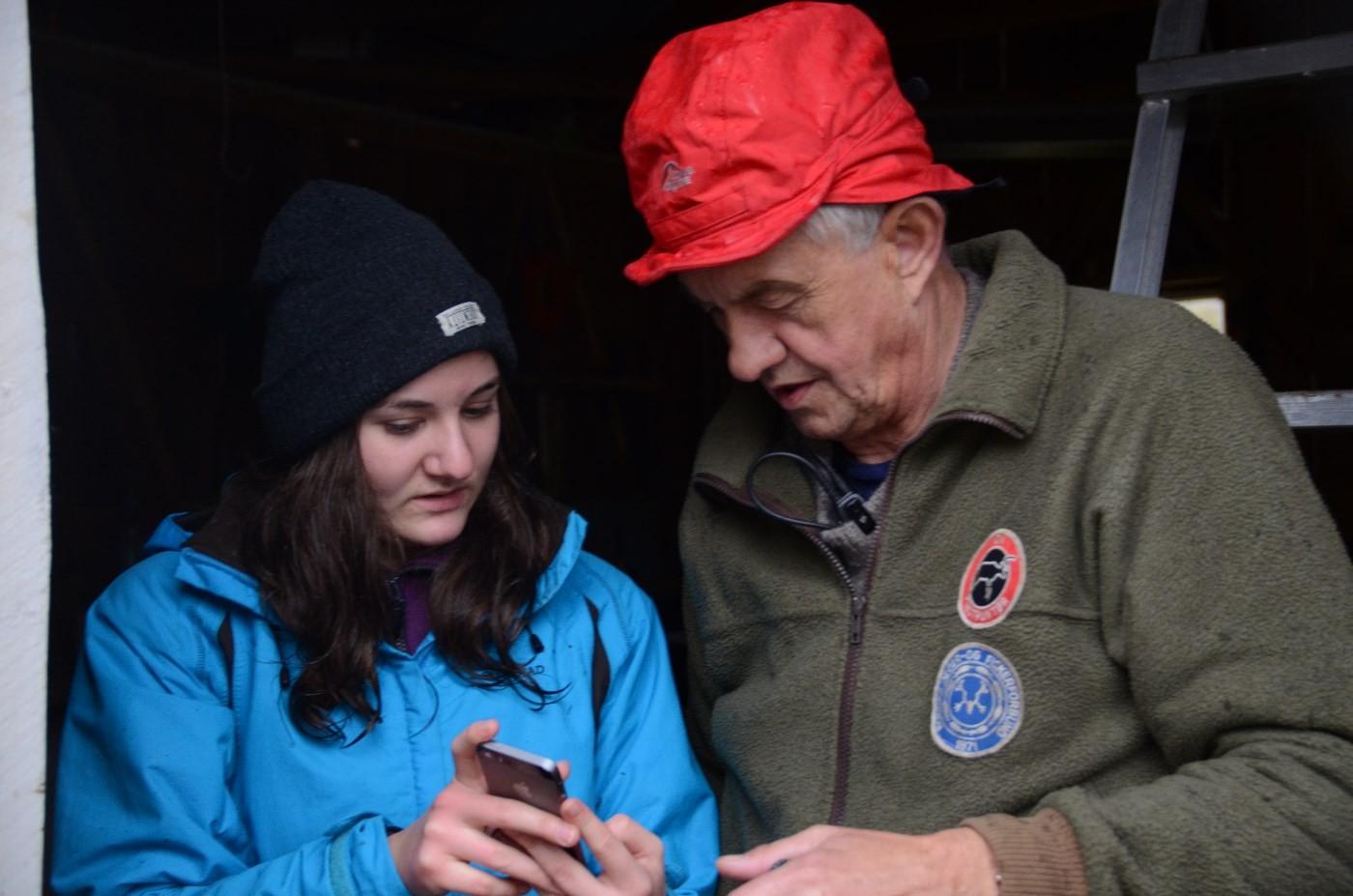 Jaktsjef Ragnar får grunnleggjande opplæring i trådlaus overføring av bilder med Astrid L. Kvendset.  Foto: Jon Olav Ørsal