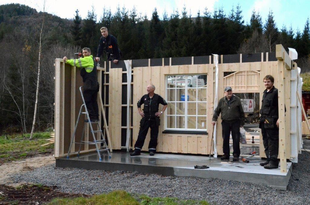 Veggane til nybygget er på plass. Frå venstre Ove Rodal, Ola Talgø, Kristian Gjeldnes, nabo Ingvar Øyen og Ove Edvin Sæterøy.  Foto: Jon Olav Ørsal