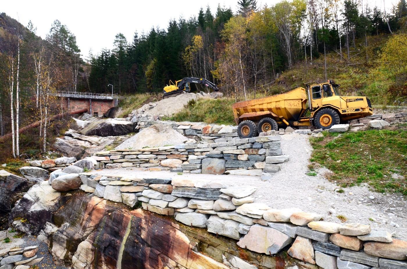 Per Gjeldnes håpar å få ferdig parkanlegget opp til damme, før vinteren kjem.  Foto: Jon Olav Ørsal