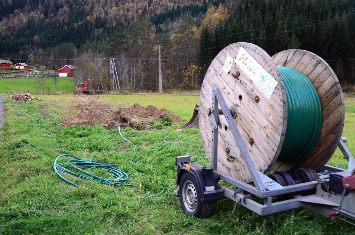 Svvorka har starta arbeidet med kabelleggjing til Tjønnmyran. Snart er det klart for å vri om brytaren!  Foto: Jon Olav Ørsal