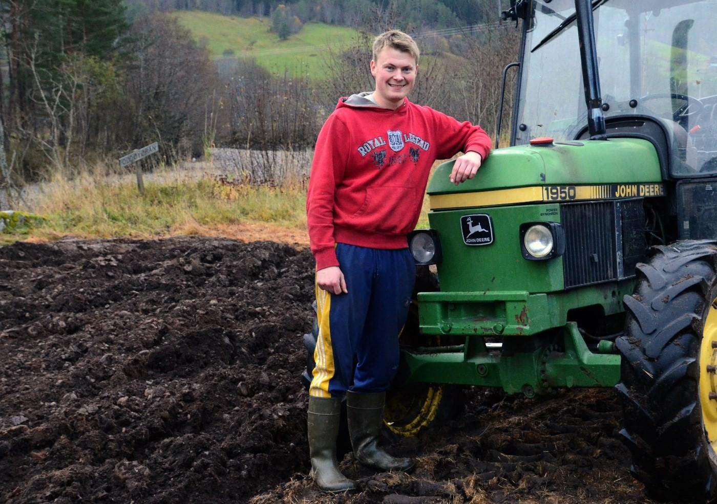 Vi fikk eit lite intervju med den nye bondelagsleiaren - nærast midt i plogfåra.   Foto: Jon Olav Ørsal