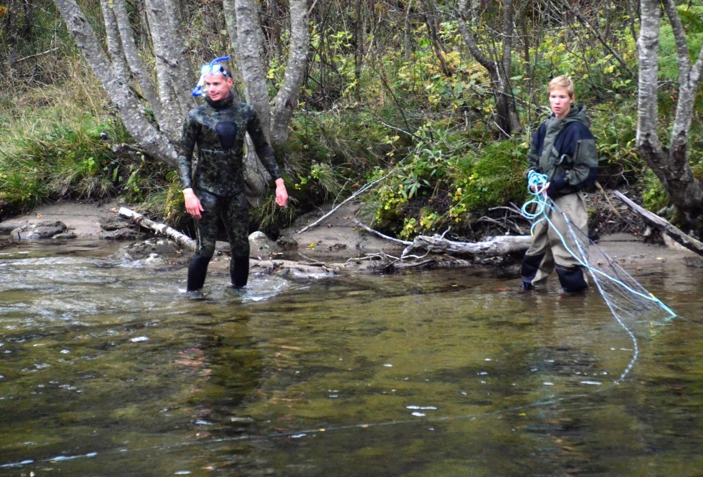 Ole Martin Øyen og Mads Marius Øyen sjekker om det er laks i garnet.  Foto: Jon Olav Ørsal