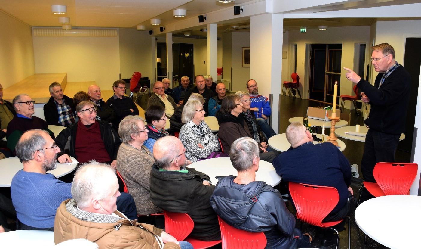 Bjørn Austigard hadde eit lydhørt og engasjert publikum da han besøkte Stangvik historielag i 2014.  Arkivfoto: Jon Olav Ørsal