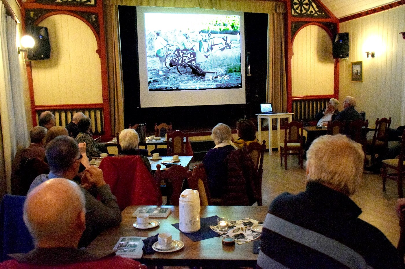Film frå korntørking og trøsking på boksleppet søndag.  Foto: Driva/Jon Olav Ørsal