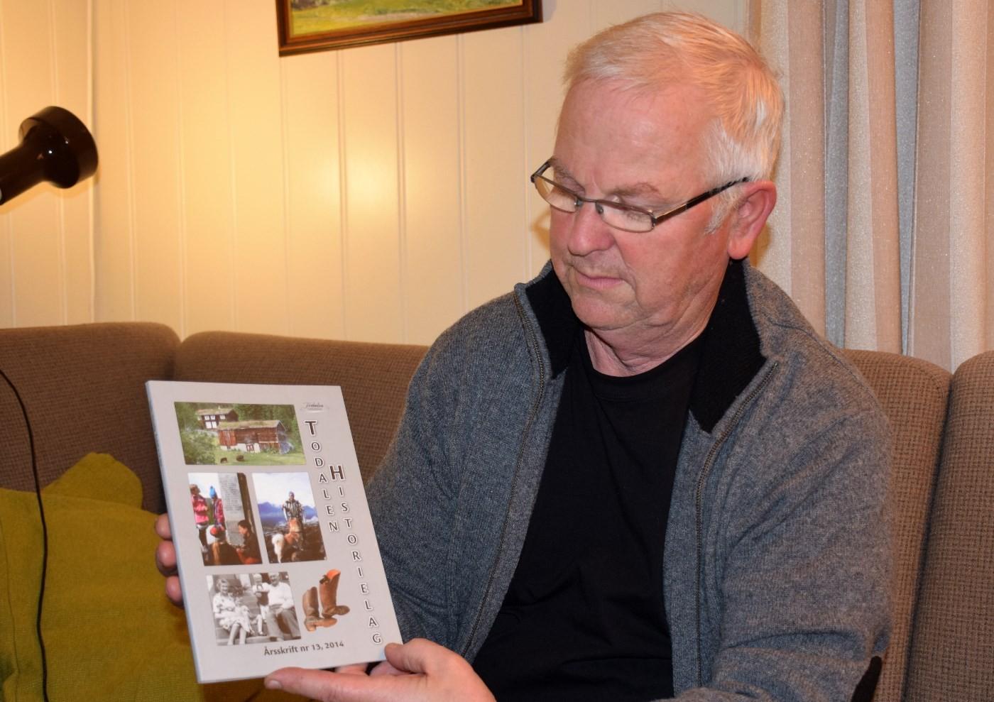 Leiar i Todalen historielag, John Moe, med årsskriftet for 2014.  Arkivfoto: Jon Olav Ørsal