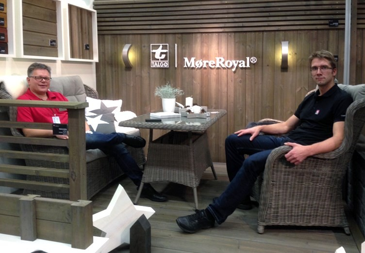 Roger Luneborg og Georg Aune viser fram den nye gråfarga til Møreroyal.  Foto: Bjørn Ranheim