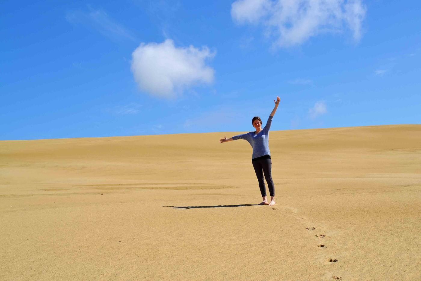 Oda prøver sanddynene.  Foto: Oda Halle