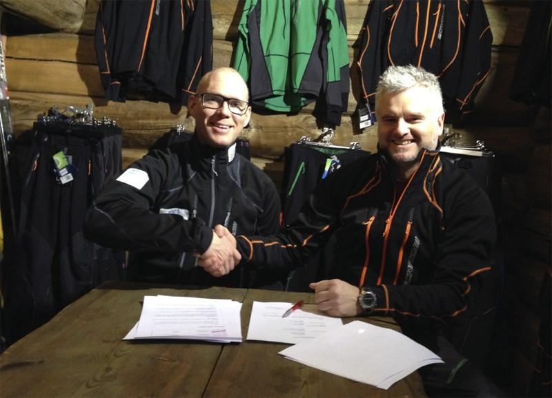 Avtalen med NSF er sikra. Jo Mork og Gudmund Kårvatn.  Foto: Kårvatn Fjellustyr
