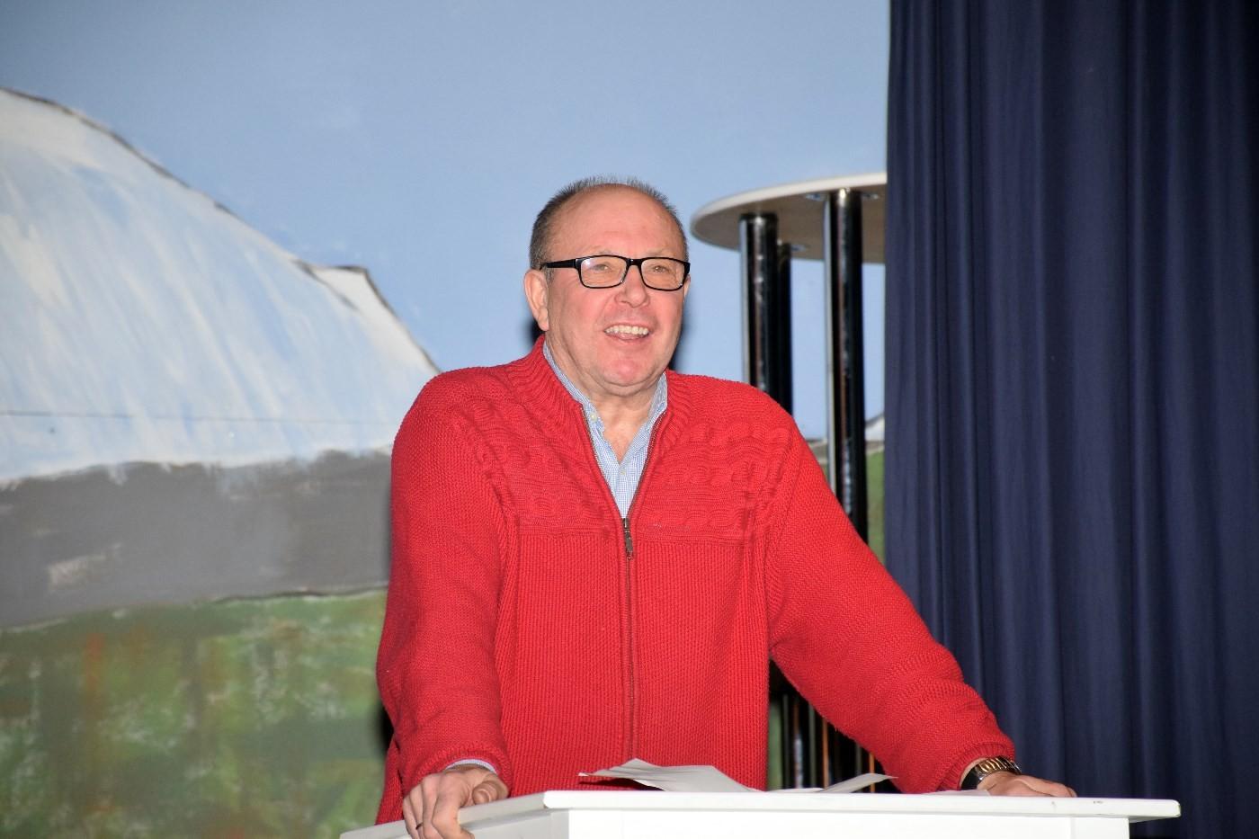Terje Nordvik er borgarmeister på Todalsøra, og leia programmet på førjulskafeen i ungdomshuset.  Foto: Jon Olav Ørsal