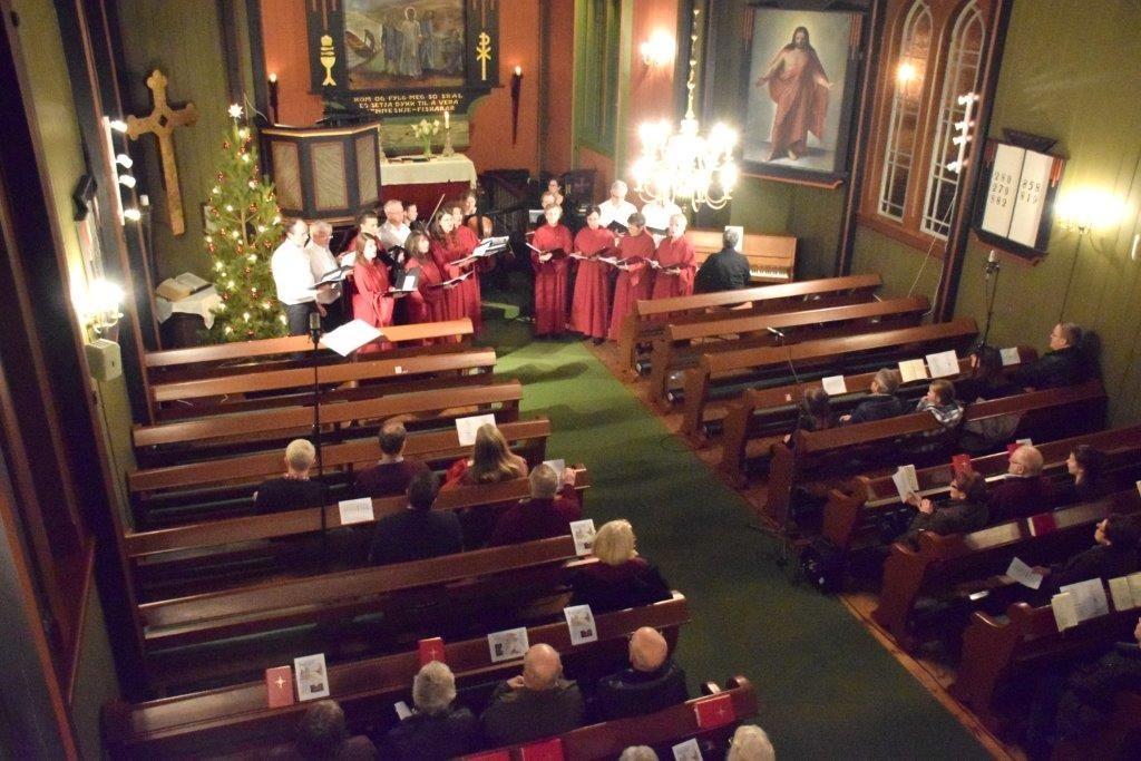 Julehøgtid i Todalen kyrkje med todalskoret og åsskard kyrkjekor med forsterkningar.  Foto: Driva/Jon Olav Ørsal