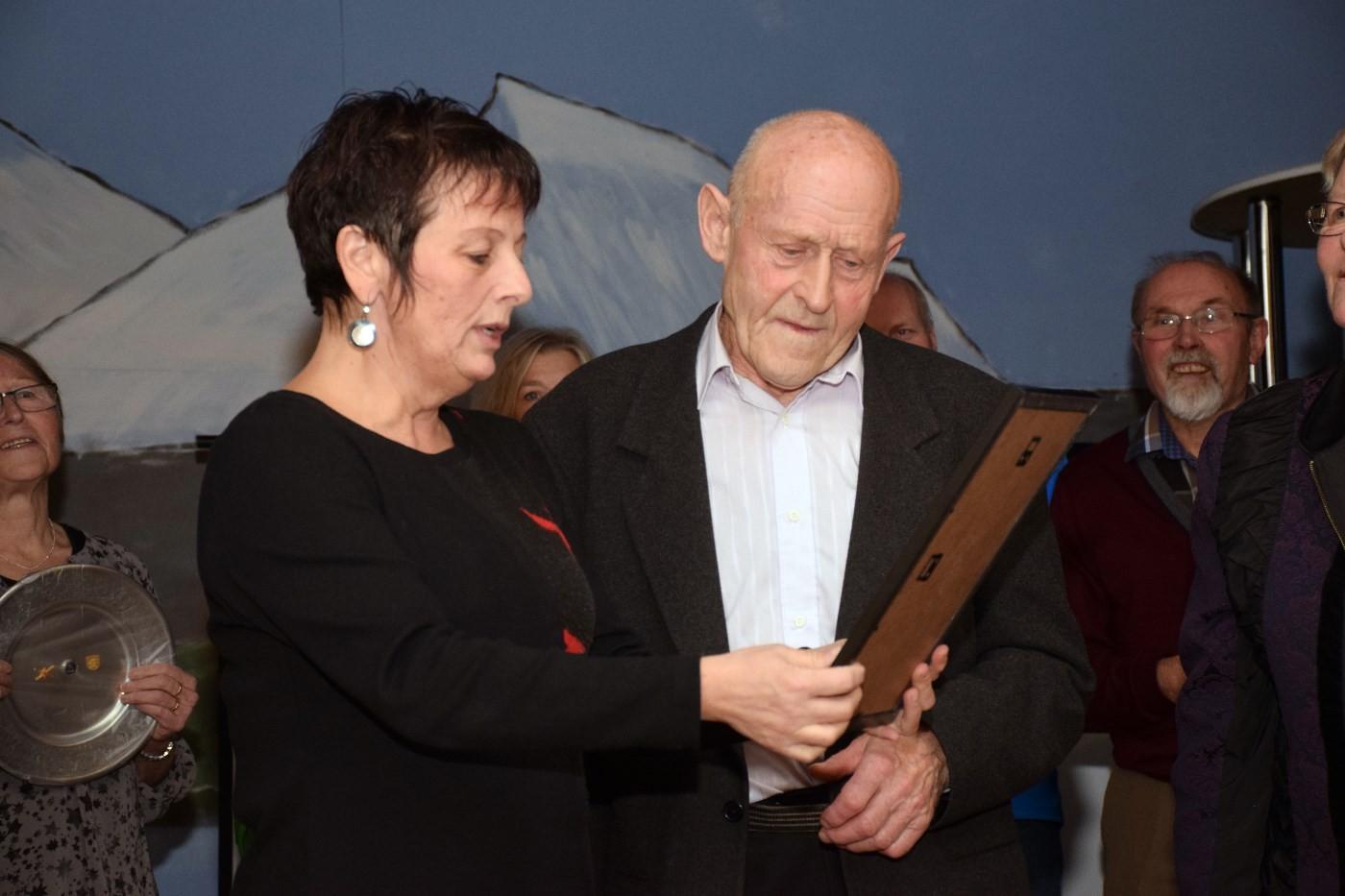 Ordførar Lilly Gynn Nyheim delte ut æresprisen til Johan Kvendset.   Foto: Jon Olav Ørsal