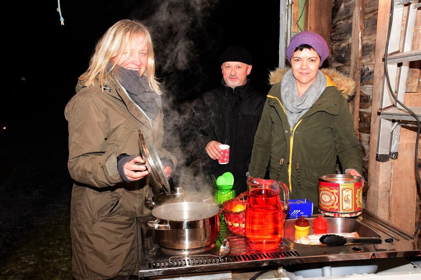 Full traktering i Trudvanggarasjen - Anita, Steinar og Torill.  Foto: Jon Olav Ørsal