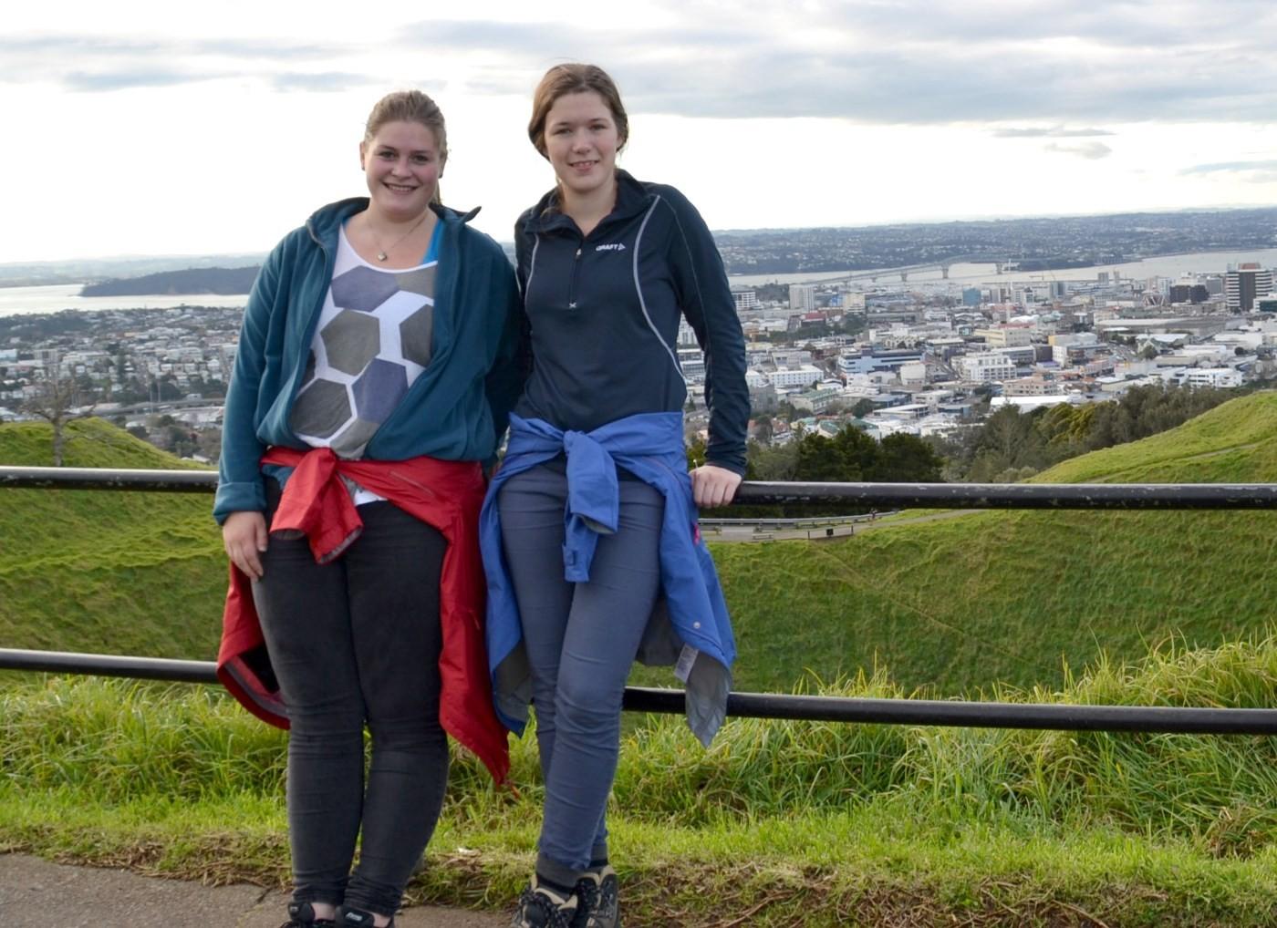 Liv Ingrid Bævre og Oda Halle med Auckland i bakgrunn. I 8 månader skal dei
