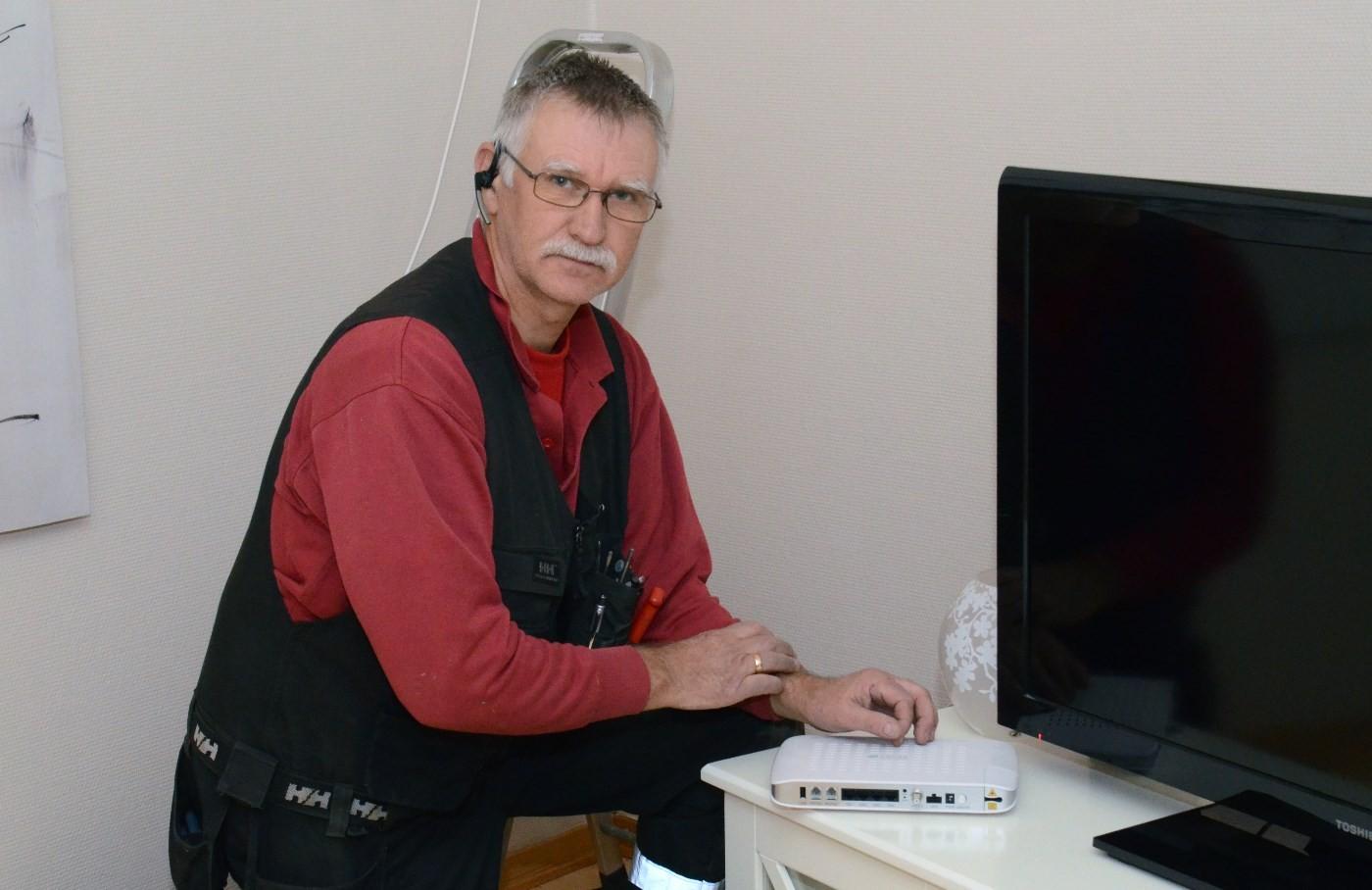 Ole Ingar Strand i gang med tilkobling av fiberkabelen hos Mari Redalen.  Foto: Jon Olav Ørsal