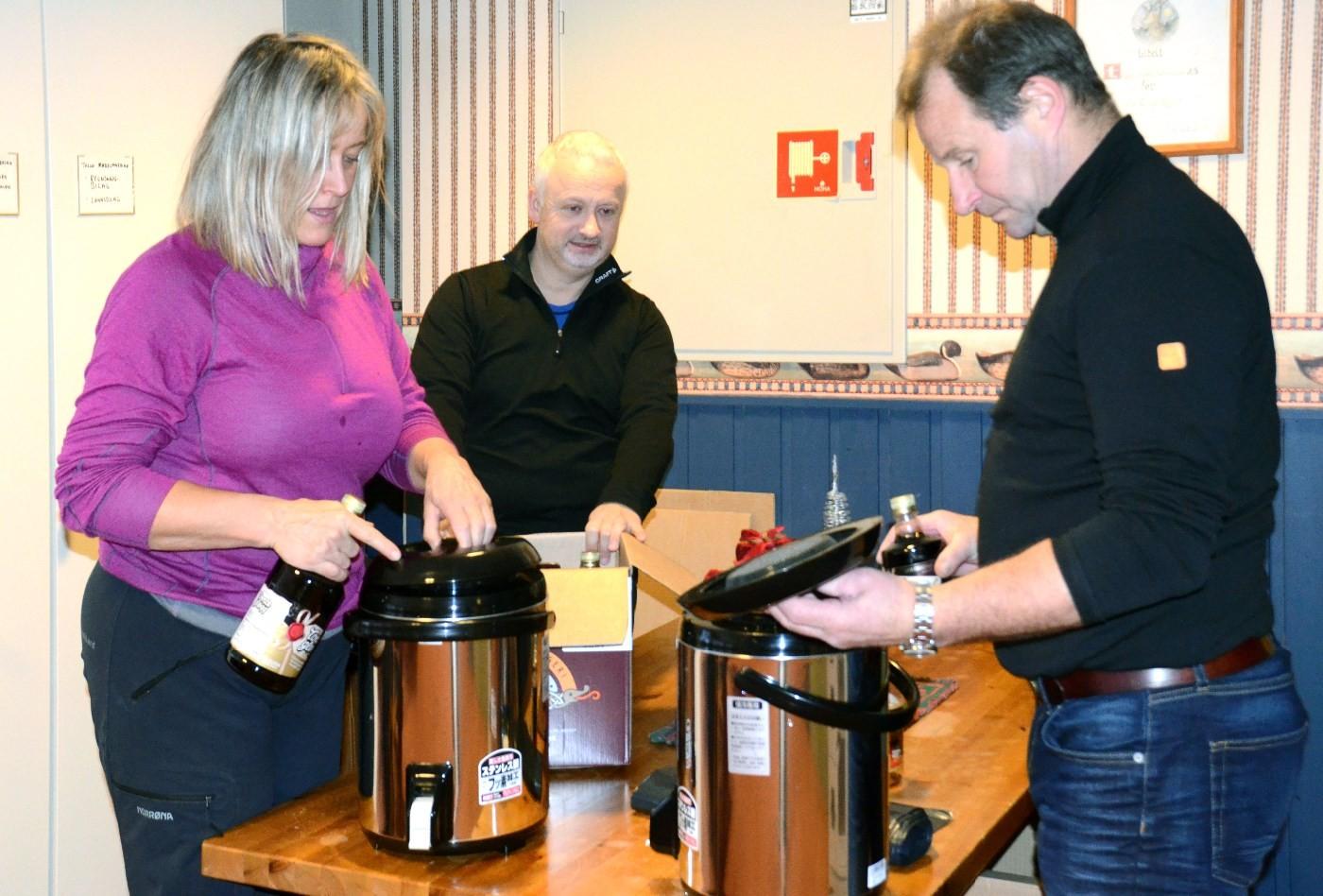 Gløgg på høggir!  Frå venstre Anita Talgø, Steinar Frøystad og Ola Bruset.  Foto: Jon Olav Ørsal