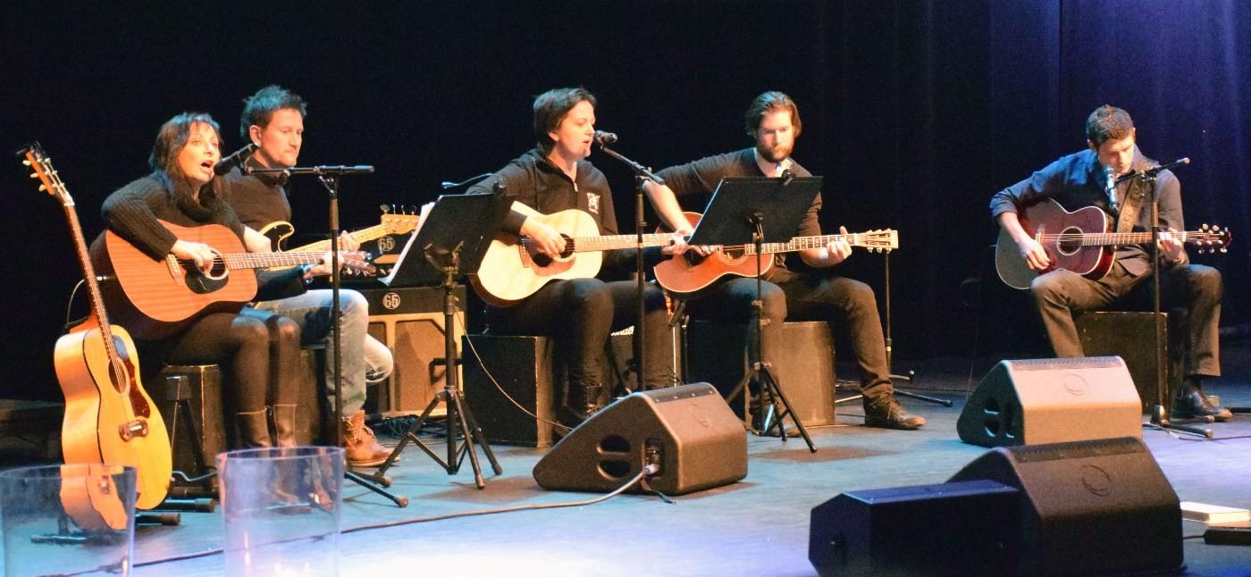 Øragtrall på scena i Surnadal kulturhus.  Foto: Jon Olav Ørsal