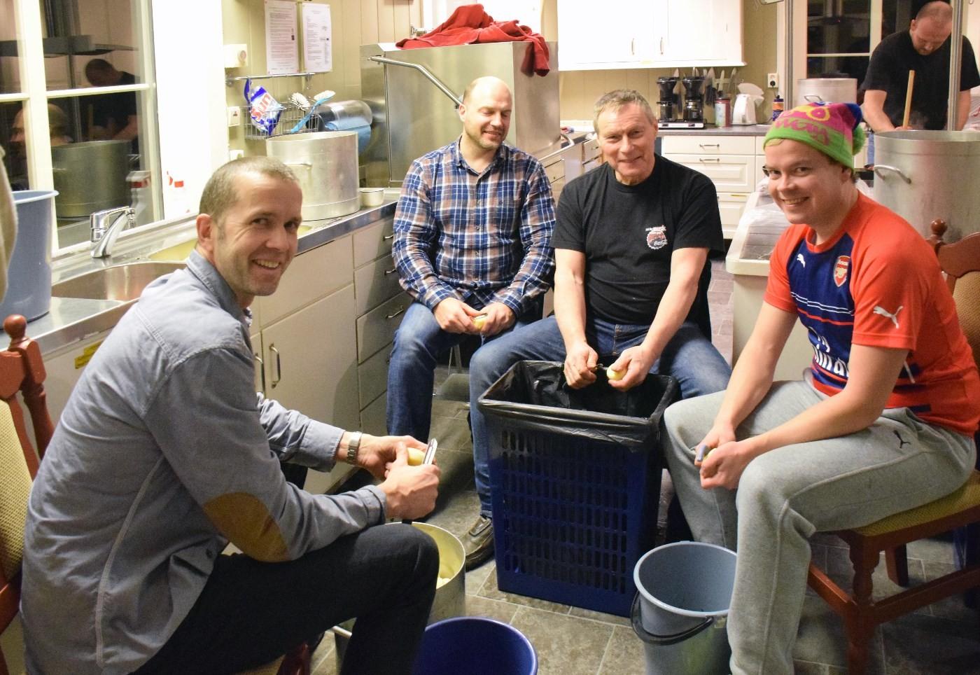 Det skal bli både nok mat og god mat!  Potetskalargjenen er Torbjørn Larsen, Robert Strand, Knut Halset og Sondre Halset.  Foto: Jon Olav Ørsal